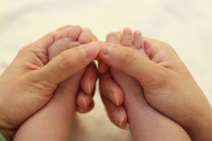 赤ちゃんと手