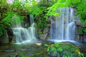 滝とマイナスイオン