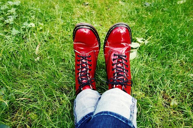 赤い靴の足